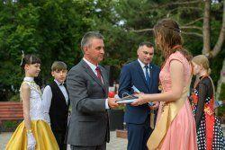 Глава государства вручил заслуженные награды лучшим выпускникам