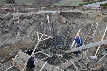 Строительство памятника: продолжаются работы по подготовке фундамента