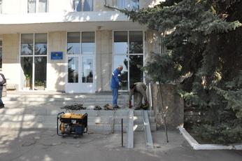 В здании государственной администрации устанавливают пандус