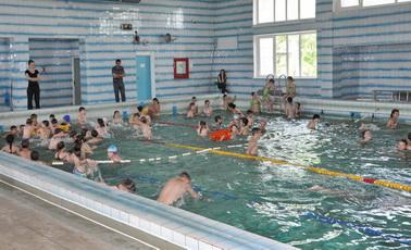В бассейне спортшколы №1 провели акцию ко Дню защиты детей