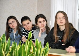 Рыбницким школьникам рассказали о подвиге защитников, погибших в 1991 году
