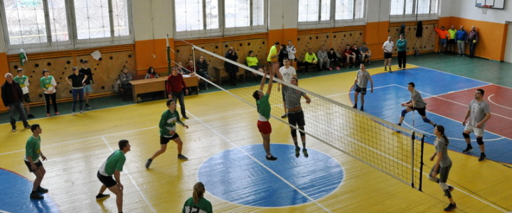 Вячеслав Фролов поприветствовал участников турнира по волейболу на Кубок главы госадминистрации