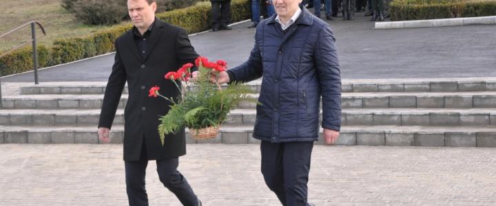 Глава госадминистрации возложил цветы к Мемориалу Славы