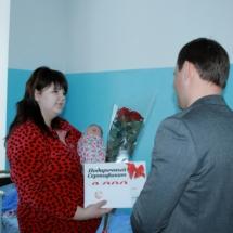 Вячеслав Фролов посетил семьи, в которых в праздничные дни появились новорожденные (2)