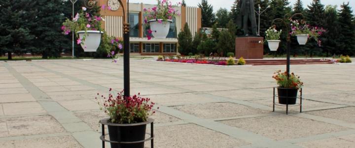 На центральной площади города появились новые элементы благоустройства