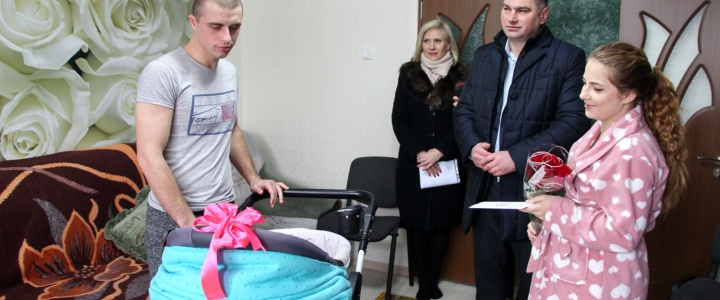 Глава госадминистрации поздравил семьи, в которых 1 января родились малыши