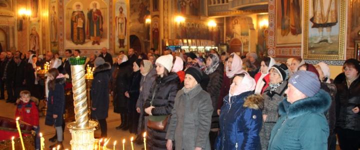 В Рождественскую ночь сотни рыбничан посетили собор Архангела Михаила