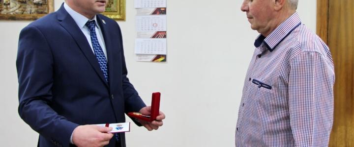 Виктор Тягай вручил работникам сферы коммунального хозяйства государственные награды