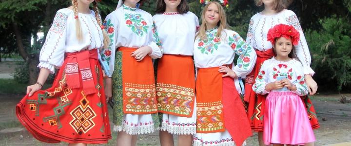 В День семьи, любви и верности в Рыбнице прошла акция «Ромашка-символ любви»