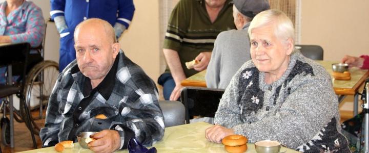 Постояльцев дома престарелых поздравили с Днём пожилых людей