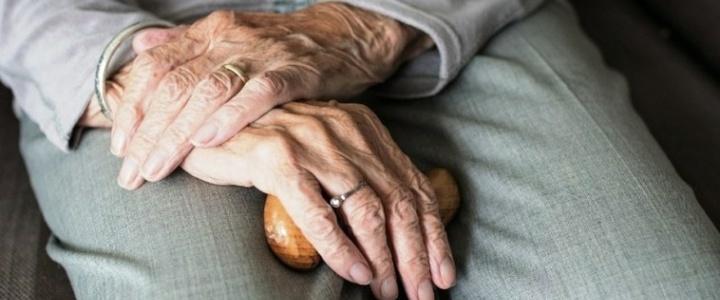 Пожилым людям рекомендуют реже находиться в общественных местах