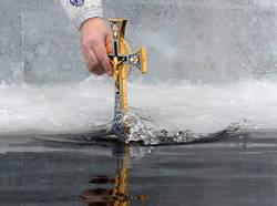 В условиях пандемии крещенским купаниям рекомендовано предпочесть домашние омовения освященной водой